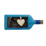 """Blaue Flasche mit Sujet """"Herz auf Baumstumpf"""""""