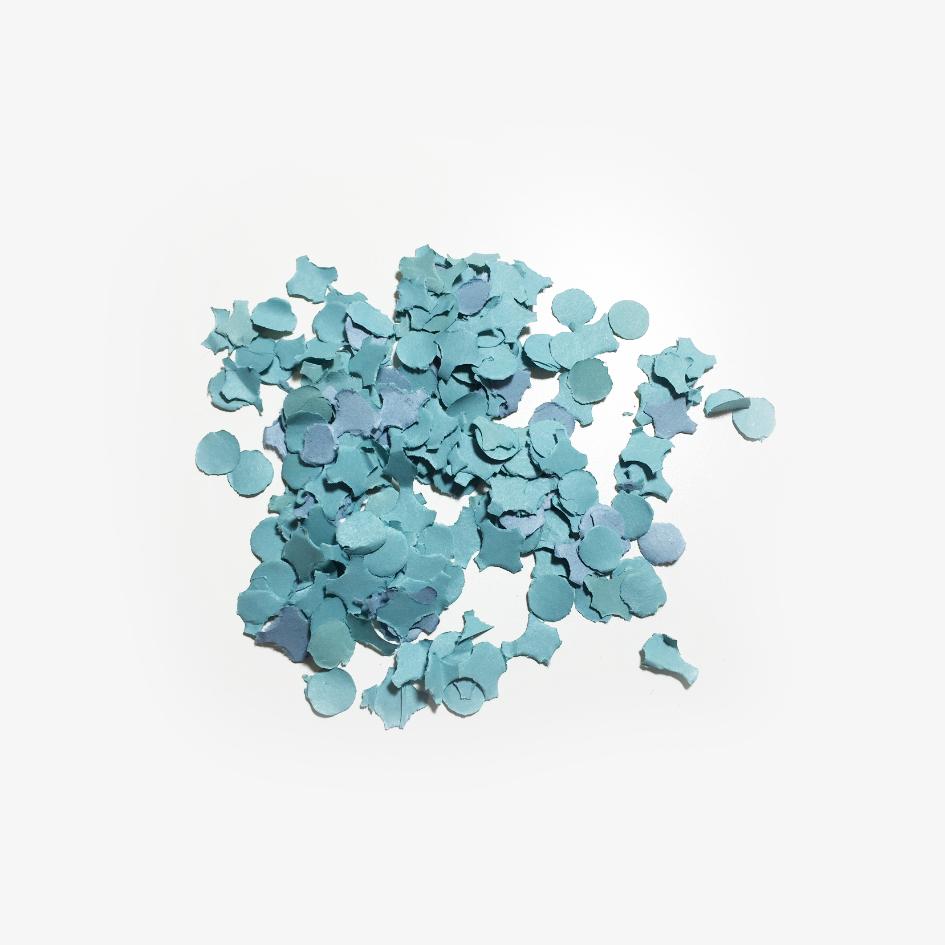 Blaue Konfettis als Flascheninhalt